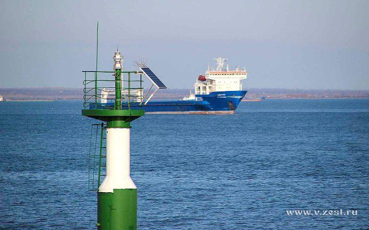 Маяк на входе в порт Крым