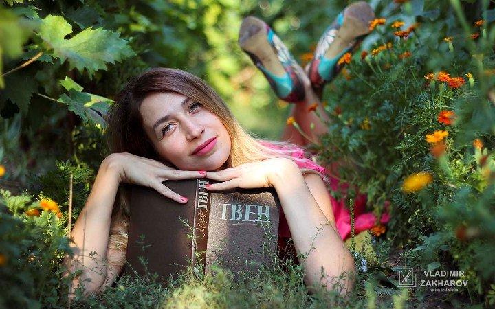 Портрет девушка с книгой