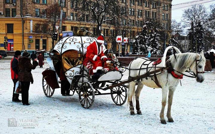 Карета и Дед мороз.